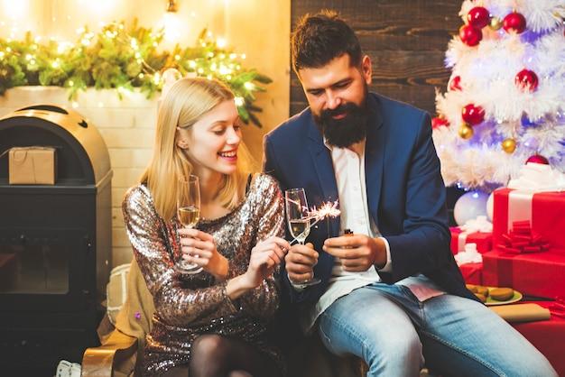 Homem e mulher comemorando festa de ano novo