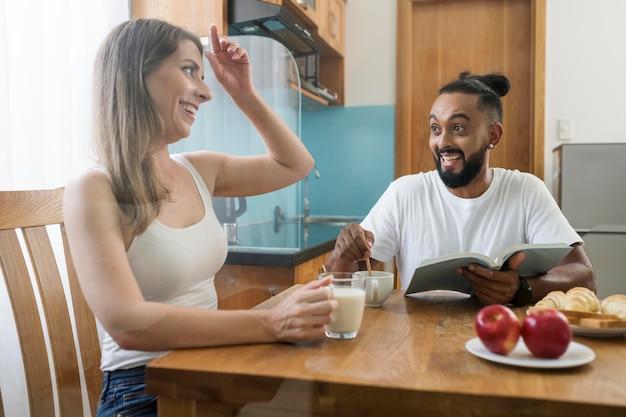 Homem e mulher comendo juntos durante a desintoxicação digital