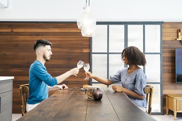Homem e mulher conversando com vinho