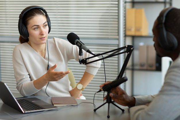 Homem e mulher conversando em um podcast