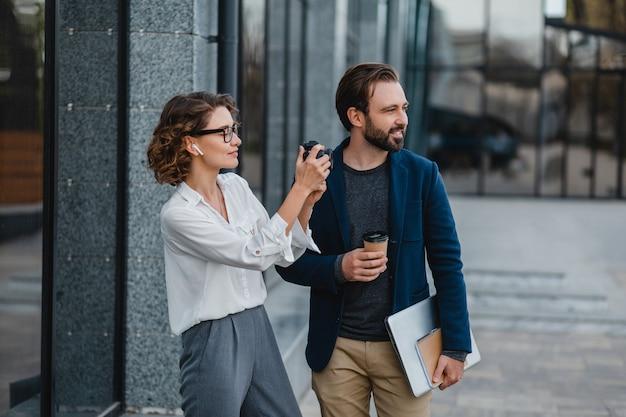 Homem e mulher conversando no centro urbano