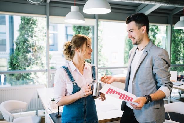 Homem e mulher conversando no escritório