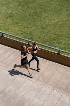 Homem e mulher correndo juntos ao ar livre