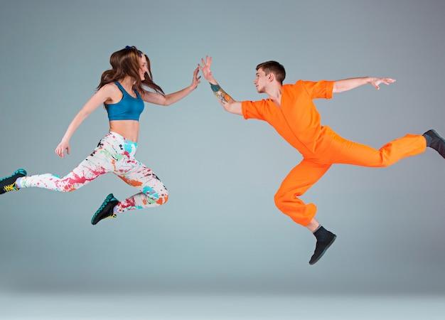 Homem e mulher dançando coreografia hip hop