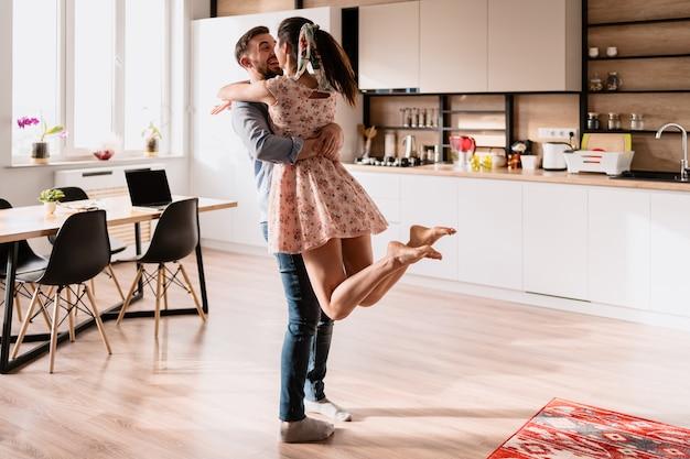 Homem e mulher dançando em um interior moderno