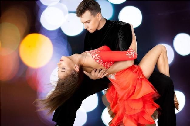 Homem e mulher dançando salsa no fundo