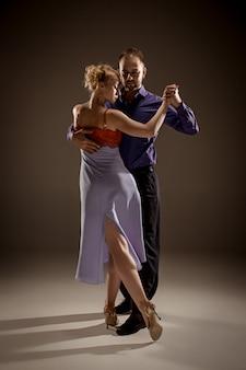 Homem e mulher dançando tango argentino
