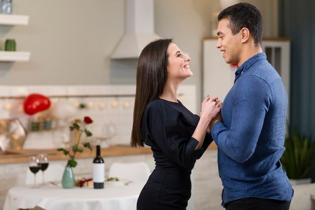 Homem e mulher de mãos dadas no dia dos namorados com espaço de cópia