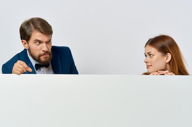 Homem e mulher de negócios com cartaz de propaganda de maquete branca sinal de publicidade com fundo branco