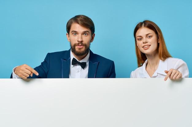 Homem e mulher de negócios com maquete branco cartaz publicitário sinal copyspace estúdio