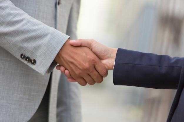 Homem e mulher de negócios cumprimentando uns aos outros