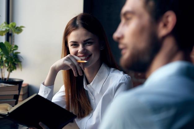 Homem e mulher de negócios em um café profissionais de comunicação