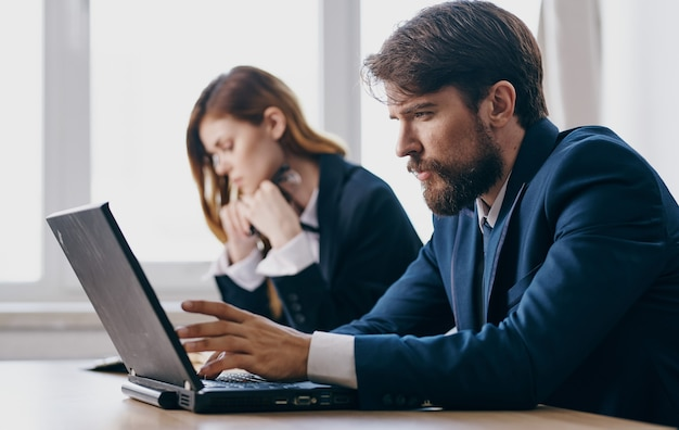 Homem e mulher de negócios, trabalhando, tecnologia, internet, comunicação, finanças, escritório
