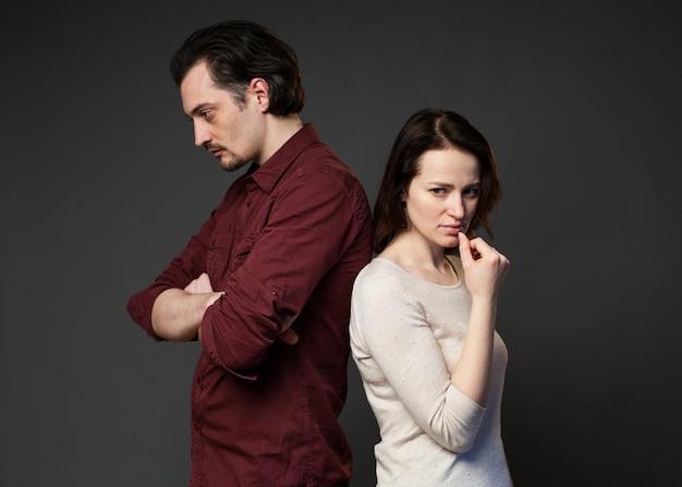 Homem e mulher de pé um para o outro