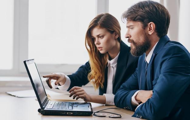 Homem e mulher de terno trabalham laptop gerente financeiro