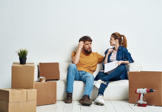 Homem e mulher desempacotando caixas, estilo de vida de inauguração