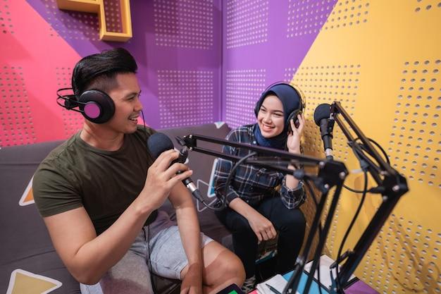 Homem e mulher discutindo na transmissão ao vivo durante o podcast