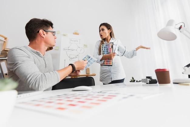 Homem e mulher discutindo sobre os resultados da empresa