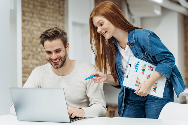 Homem e mulher discutindo um projeto de negócios