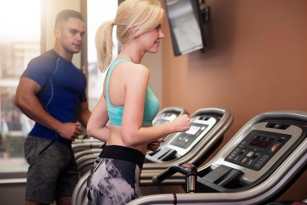 Homem e mulher durante o treino