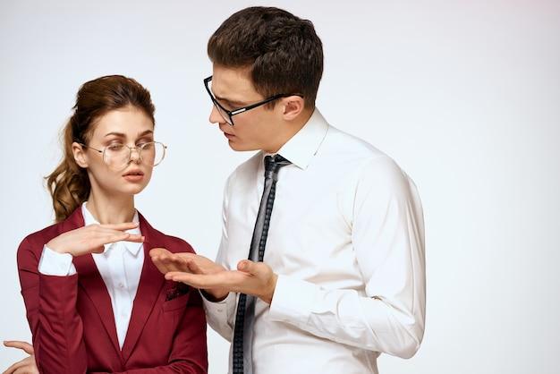 Homem e mulher elegantes no escritório
