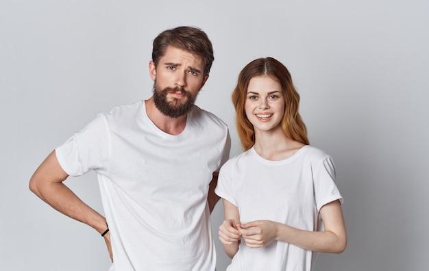 Homem e mulher em camisetas idênticas gesticulando com as mãos cortadas vista espaço para texto