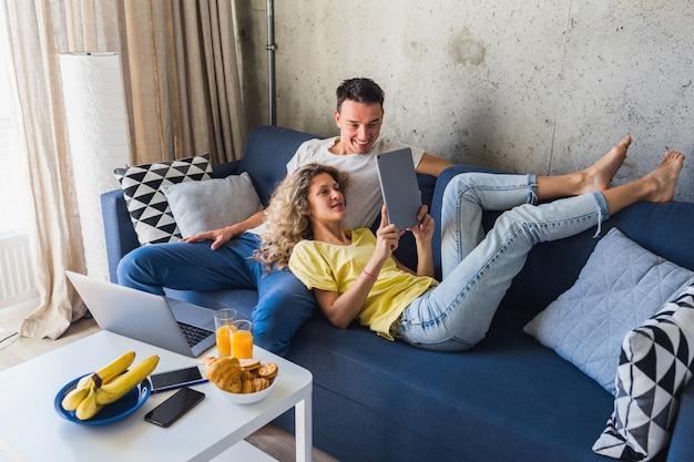 Homem e mulher em casa