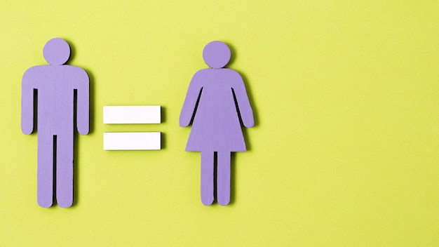 Homem e mulher em pé com sinal de igualdade entre eles