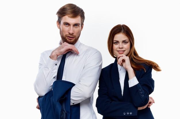 Homem e mulher em pé lado a lado, cortados, ver fundo claro