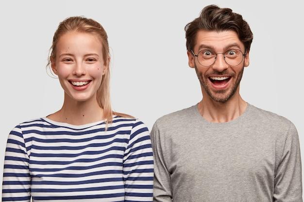 Homem e mulher em roupas casuais posando