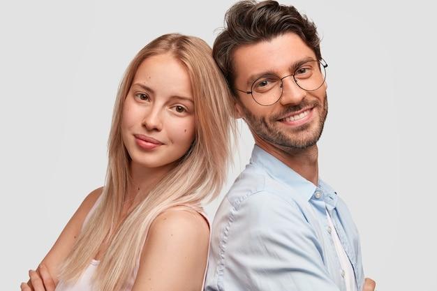 Homem e mulher em roupas casuais posando Foto gratuita