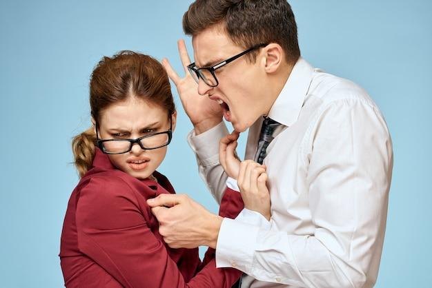 Homem e mulher em ternos de negócios lutando