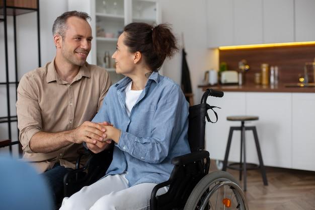 Homem e mulher em tiro médio de mãos dadas