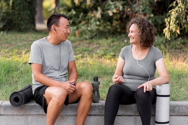 Homem e mulher em tiro médio sentados
