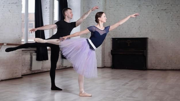Homem e mulher em trajes de balé