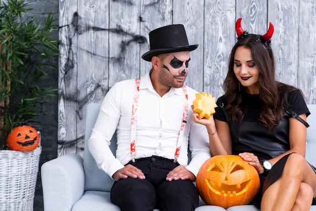 Homem e mulher em trajes de halloween