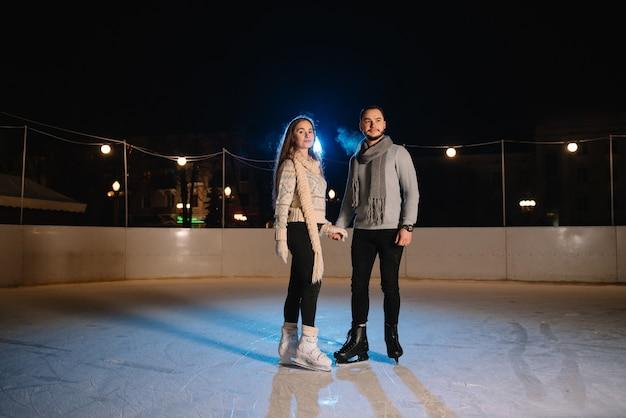 Homem e mulher em uma pista de patinação no gelo