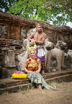 Homem e mulher em vestido de noiva indonésio