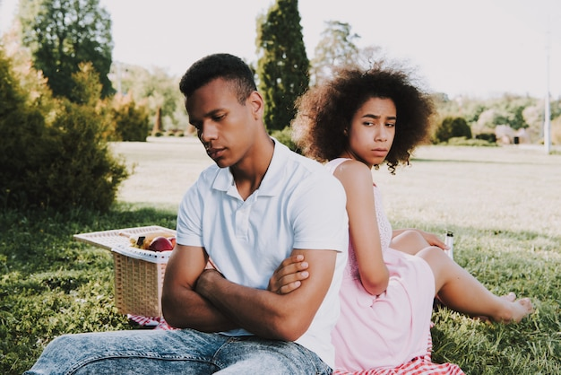 Homem e mulher está sentado de costas e silencioso