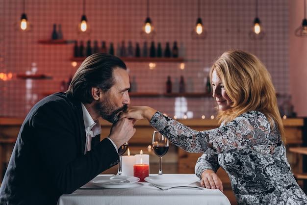 Homem e mulher estão jantando em um restaurante