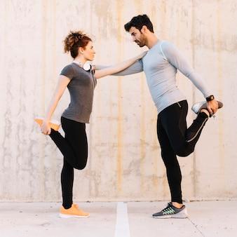 Homem e mulher exercitando juntos