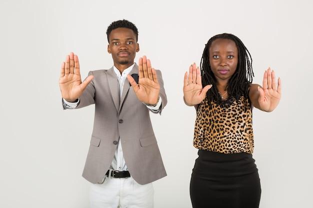 Homem e mulher fazendo sinal de pare