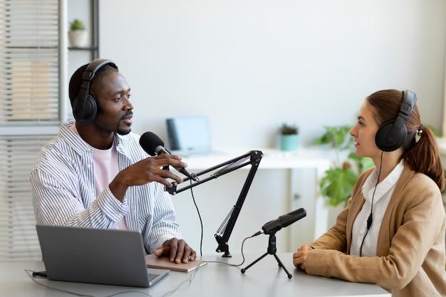 Homem e mulher fazendo um podcast