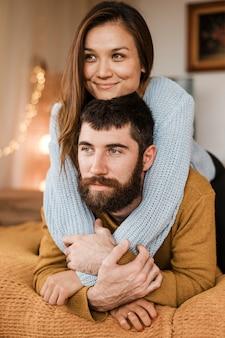 Homem e mulher felizes em tiro médio