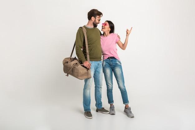 Homem e mulher felizes viajando juntos, abraçando uma paisagem isolada, mostrando o dedo, em um romance amoroso juntos