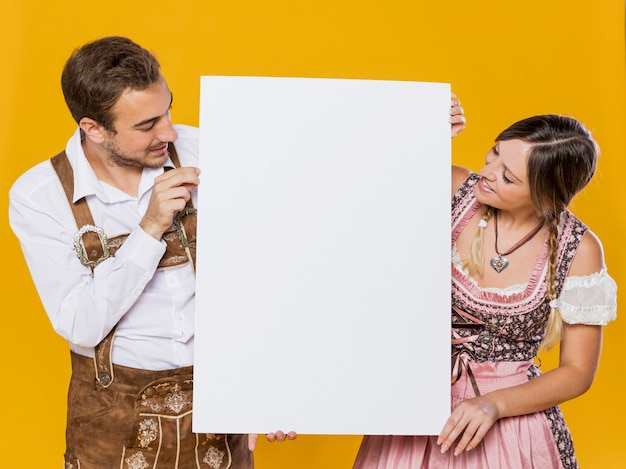 Homem e mulher festivos com maquete