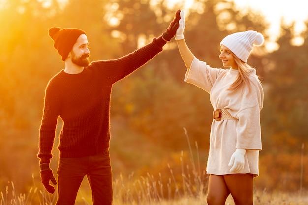 Homem e mulher, fiving alto, exterior