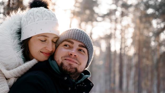 Homem e mulher juntos ao ar livre no inverno