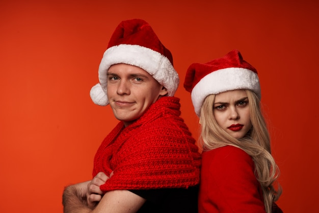 Homem e mulher juntos feriado romance ano novo divertido fundo vermelho