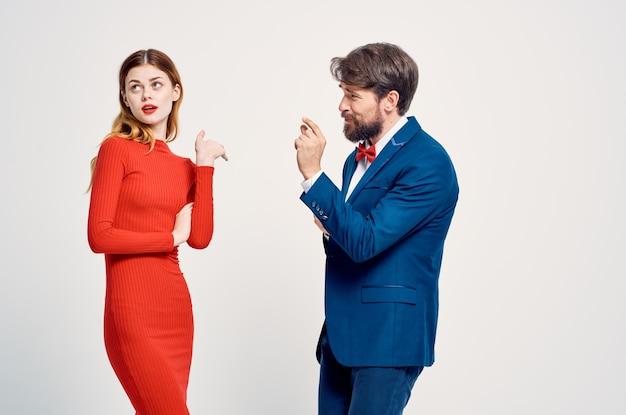 Homem e mulher lado a lado, comunicação, amizade, juntos, estilo elegante